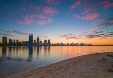 Ciudad de Perth de la salida del sol fotos de archivo