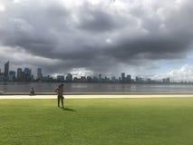 Ciudad de Perth de la tormenta que viene por el río del cisne fotografía de archivo libre de regalías