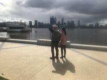 Ciudad de Perth de la tormenta que viene por el río del cisne foto de archivo