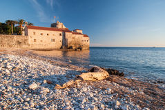 Ciudad de piedra antigua por el mar Foto de archivo