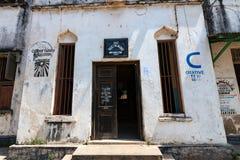 CIUDAD DE PIEDRA, TANZANIA - 9 DE ENERO DE 2015: Construcción de escuelas en la ciudad de piedra, Zanzíbar Imagen de archivo libre de regalías