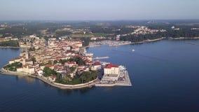 Ciudad de Porec Croacia del cielo almacen de metraje de vídeo