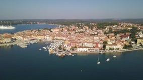 Ciudad de Porec Croacia del cielo metrajes