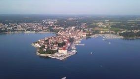 Ciudad de Porec Croacia del cielo almacen de video