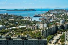 Ciudad de puerto Bahía de oro del cuerno - vista de la ciudad Vladivostok en el top Fotografía de archivo