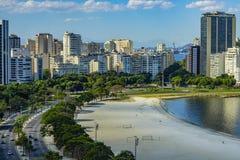 Ciudad de Rio de Janeiro, el Brasil, en el fondo, la vecindad de Urca y Botafogo foto de archivo