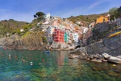 Ciudad de Riomaggiore en la costa del mar ligur Imagen de archivo libre de regalías