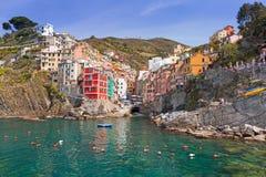 Ciudad de Riomaggiore en la costa del mar ligur Fotos de archivo