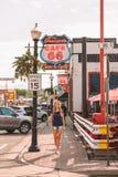 Ciudad de Route 66 por la estación de tren al barranco fotografía de archivo