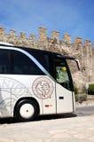 El autobús moderno para el transporte de los turistas está cerca de las paredes bizantinas de la ciudad Fotos de archivo libres de regalías