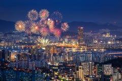 Ciudad de Seul con los fuegos artificiales en la opinión de la noche Imagenes de archivo