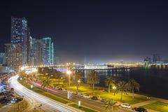 Ciudad de Sharja cerca de Khalid Lake en la última tarde fotografía de archivo