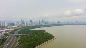 Ciudad de Shenzhen en el día Horizonte urbano del distrito de Futian y parque de la bahía China Silueta del hombre de negocios Co metrajes