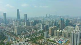 Ciudad de Shenzhen en Sunny Day Vecindad residencial Guangdong, China Silueta del hombre de negocios Cowering almacen de video