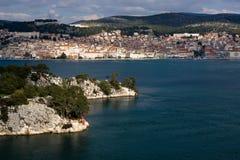 Ciudad de Sibenik y canal de la apuesta del St. Imagenes de archivo