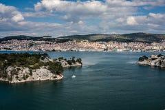 Ciudad de Sibenik y canal de la apuesta del St. Fotografía de archivo libre de regalías