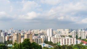 Ciudad de Singapur con los rascacielos y los apartamentos tradicionales, tarde de la casa de Singapur con la nube móvil metrajes