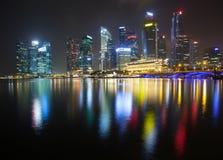 Ciudad de Singapur en la noche Foto de archivo libre de regalías