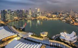 Ciudad de Singapur en la noche Imagenes de archivo