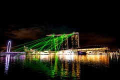 Ciudad de Singapur en la noche con la demostración del laser Imagen de archivo