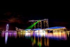 Ciudad de Singapur en la noche con la demostración del laser Fotografía de archivo
