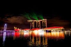 Ciudad de Singapur en la noche con la demostración del laser Foto de archivo libre de regalías