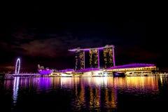 Ciudad de Singapur en la noche con la demostración del laser Fotografía de archivo libre de regalías