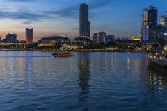 Ciudad de Singapur en la puesta del sol Fotos de archivo libres de regalías