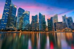 Ciudad de Singapur en la puesta del sol fotos de archivo