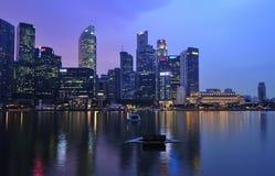 Ciudad de Singapur por la noche Imágenes de archivo libres de regalías