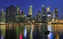 Ciudad de Singapur por la noche Fotos de archivo libres de regalías