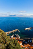 Ciudad de Sorrento, golfo de Nápoles y el monte Vesubio, Italia Fotografía de archivo libre de regalías