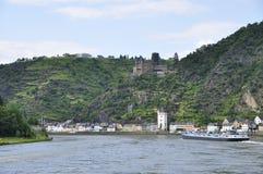 Ciudad de St. Goarshausen y del castillo de Katz Foto de archivo libre de regalías