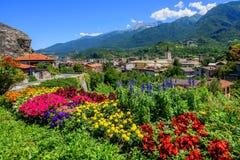 Ciudad de Susa en montañas del Susa Valley, montañas, Italia Imagenes de archivo