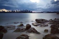 Ciudad de Sydney por mañana del verano Fotos de archivo libres de regalías