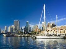 Ciudad de Sydney y un yate imagen de archivo libre de regalías