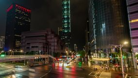Ciudad de Taipei en la noche en Taiwán con el centro financiero iluminado Timelapse del transporte que mueve encendido cruces en almacen de metraje de vídeo