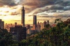 Ciudad de Taipei en la puesta del sol, Taiwán Fotos de archivo libres de regalías