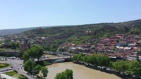 Ciudad de Tbilisi Silueta del hombre de negocios Cowering Fortaleza Narikala, el río Kura georgia almacen de video