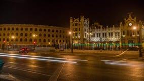 Ciudad de Timelapse de los coches de la calle de Valencia Spain en la noche plaza de toros metrajes
