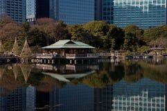 Ciudad de Tokio sobre el agua imagen de archivo libre de regalías