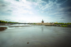 Ciudad de Toulouse con el puente y edificio viejo a lo largo del riv de Garona Fotos de archivo libres de regalías
