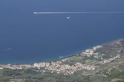 Ciudad de Tucepi a lo largo de la costa dálmata del mar adriático, Croacia Fotografía de archivo libre de regalías