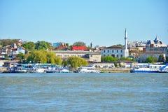 Ciudad de Tulcea, visión desde el Danubio imagenes de archivo