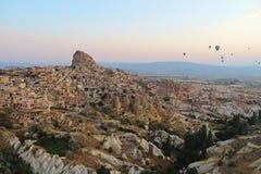 Ciudad de Uchisar en la salida del sol, Cappadocia Turquía Imagen de archivo