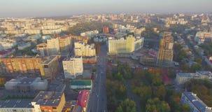 Ciudad de Ufa en la puesta del sol en el centro Silueta del hombre de negocios Cowering metrajes