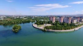 Ciudad de Ust-Kamenogorsk El río Irtish Kazajistán del este Foto de archivo