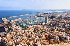 Ciudad de vacaciones del mar puerto marítimo y de los yates visibles del estacionamiento de Alicante Imagen de archivo