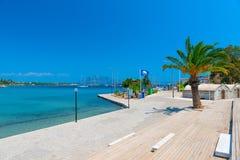 Ciudad de vacaciones mediterránea del terraplén Fotos de archivo libres de regalías