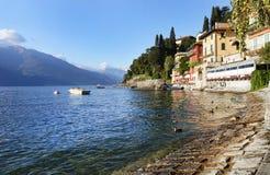 Ciudad de Varenna en la orilla del lago Como Fotografía de archivo libre de regalías